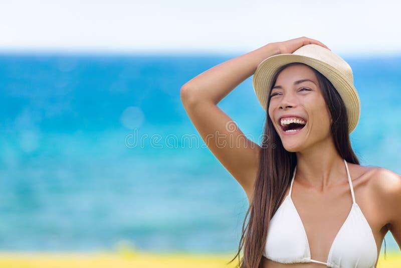 Ευτυχές γέλιο θερινών ασιατικό κοριτσιών παραλιών διασκέδασης στοκ φωτογραφία με δικαίωμα ελεύθερης χρήσης