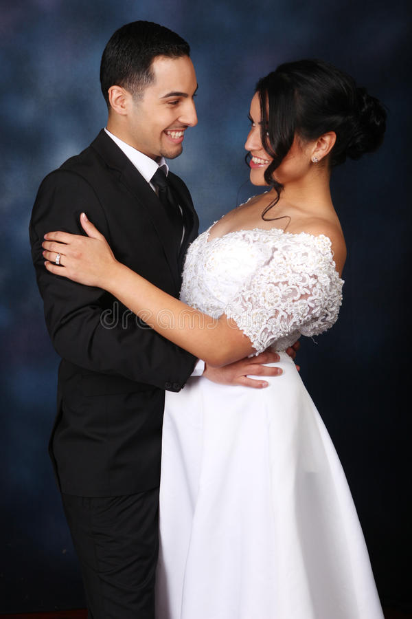 Ευτυχές γαμήλιο ζεύγος ερωτευμένο στοκ φωτογραφία