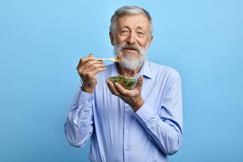Ευτυχές γενειοφόρο άτομο που τρώει τη σαλάτα, υγειονομική περίθαλψη στοκ εικόνες με δικαίωμα ελεύθερης χρήσης
