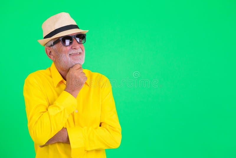 Ευτυχές γενειοφόρο ανώτερο άτομο τουριστών με τη σκέψη γυαλιών ηλίου στοκ φωτογραφία με δικαίωμα ελεύθερης χρήσης