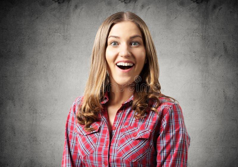 Ευτυχές γοητευτικό κορίτσι που χαμογελά ευρέως στοκ φωτογραφίες με δικαίωμα ελεύθερης χρήσης
