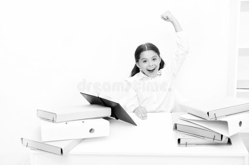 Ευτυχές διαβασμένο πρόσωπο βιβλίο σχολικών στολών παιδιών Συγκινημένος για τη γνώση Έννοια Homeschooling Ενδιαφέρον βιβλίο για τα στοκ εικόνες