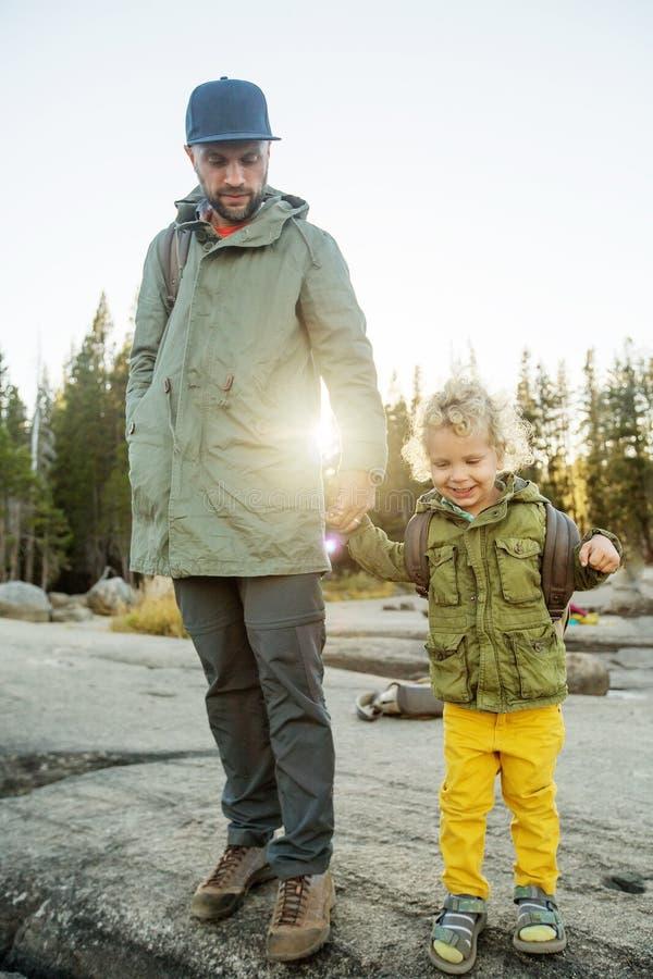 Ευτυχές εθνικό πάρκο Yosemite οικογενειακής επίσκεψης σε Καλιφόρνια στοκ εικόνα