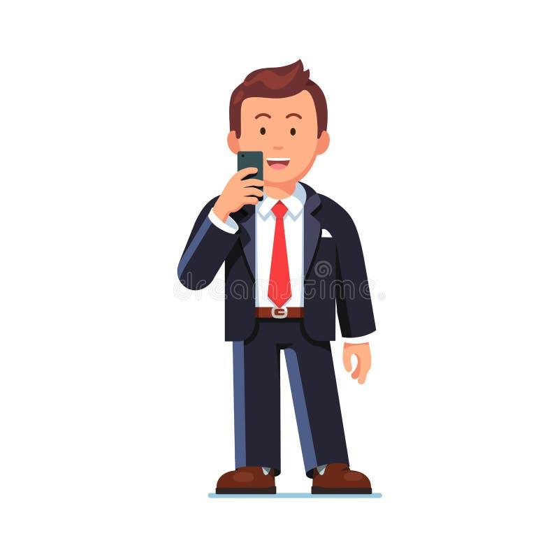 Ευτυχές επιχειρησιακό άτομο που στέκεται με το κινητό τηλέφωνο ελεύθερη απεικόνιση δικαιώματος