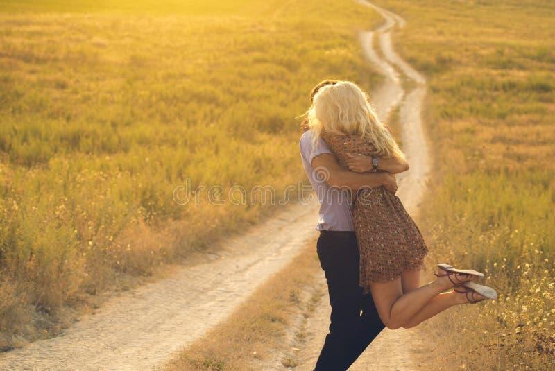 Ευτυχές ερωτευμένο πνεύμα τοπίων και ζευγών ανθρώπων υπαίθρια όμορφο στοκ εικόνα με δικαίωμα ελεύθερης χρήσης