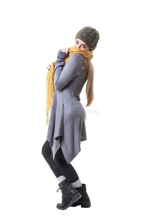Ευτυχές εύθυμο μπλε eyed κορίτσι που καλύπτει το πρόσωπο με την κίτρινη τοποθέτηση μαντίλι στοκ φωτογραφία με δικαίωμα ελεύθερης χρήσης