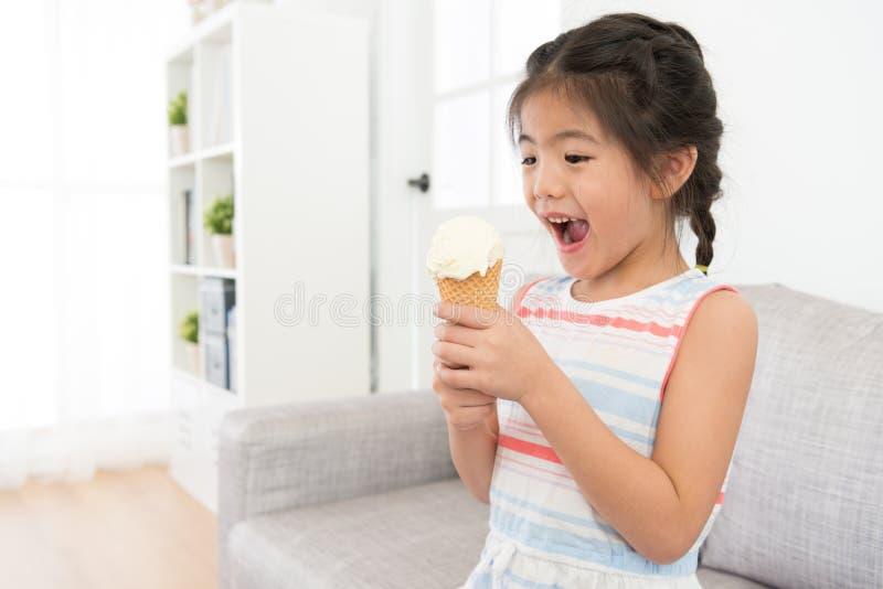 Ευτυχές εύθυμο παγωτό εκμετάλλευσης παιδιών μικρών κοριτσιών στοκ φωτογραφία
