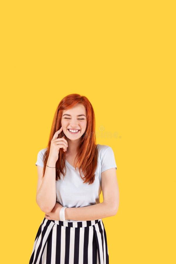 Ευτυχές εύθυμο χαμόγελο γυναικών στοκ φωτογραφίες