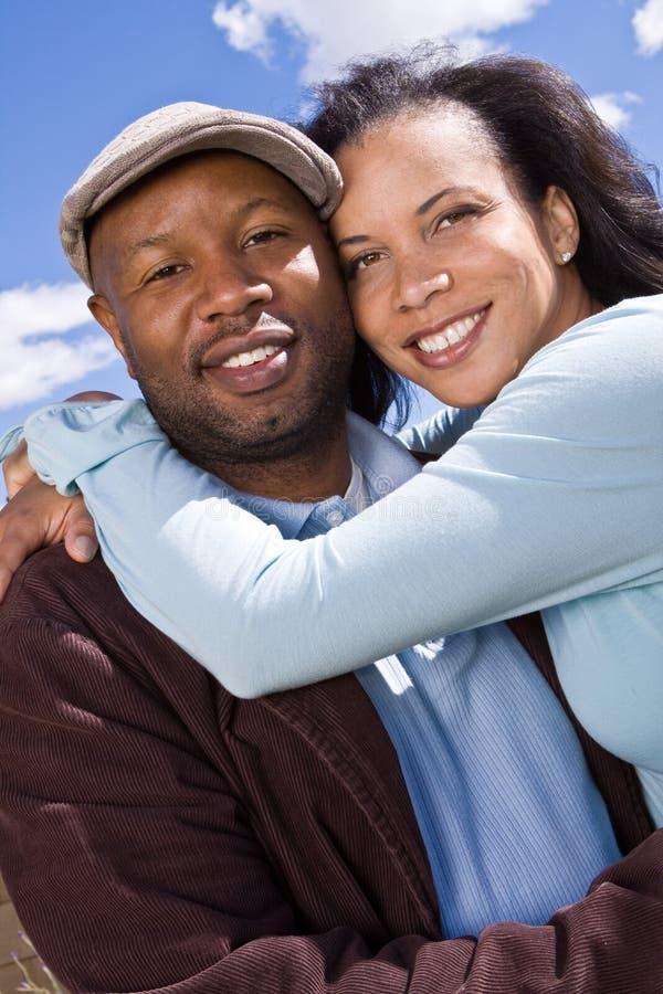 Ευτυχές ζεύγος αφροαμερικάνων που γελά και που χαμογελά στοκ εικόνα με δικαίωμα ελεύθερης χρήσης