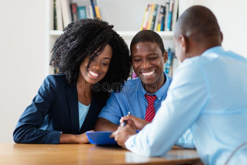 Ευτυχές ζεύγος αφροαμερικάνων που ψάχνει το σπίτι στοκ φωτογραφίες με δικαίωμα ελεύθερης χρήσης