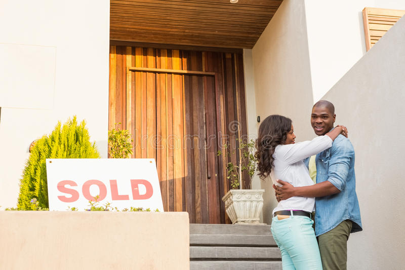Ευτυχές ζεύγος μετά από να αγοράσει το καινούργιο σπίτι στοκ εικόνες