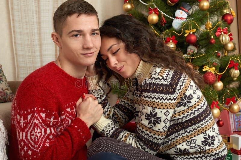 Ευτυχές ζεύγος με τα Χριστούγεννα και το νέο δώρο έτους στο σπίτι Δέντρο του FIR με τη διακόσμηση Έννοια χειμερινών διακοπών οικο στοκ φωτογραφίες