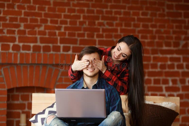 Ευτυχές ζεύγος με το χρόνο εξόδων lap-top μαζί στο σπίτι, ξεφύλλισμα Διαδικτύου στο κρεβάτι, χαμόγελο και κατοχή της διασκέδασης στοκ φωτογραφία με δικαίωμα ελεύθερης χρήσης
