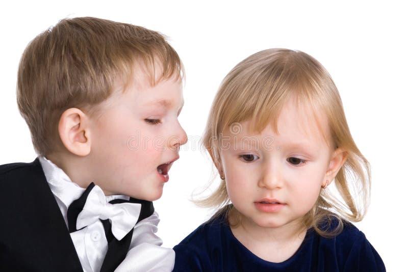 Ευτυχές ζεύγος, μυστικά των παιδιών στοκ φωτογραφία με δικαίωμα ελεύθερης χρήσης