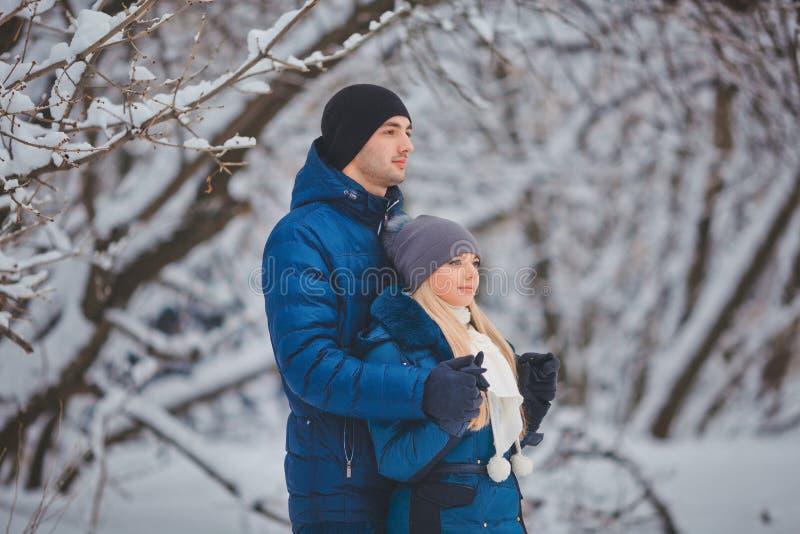Ευτυχές ζεύγος που έχει τη διασκέδαση και που αγκαλιάζει υπαίθρια στο πάρκο χιονιού εξωτικός γίνοντας ωκεάνιος χιονάνθρωπος άμμου στοκ εικόνα
