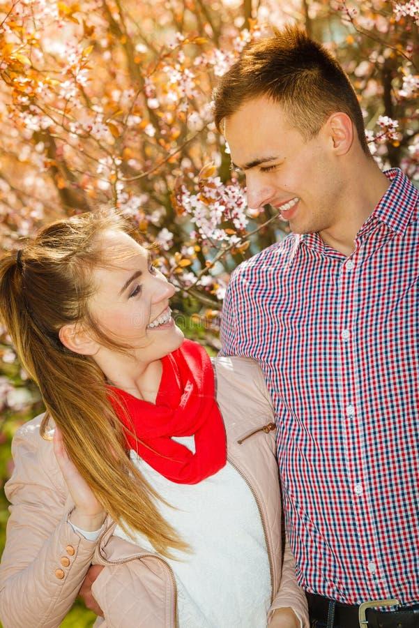 Ευτυχές ζεύγος που έχει τη ρομαντική ημερομηνία στο πάρκο στοκ φωτογραφία με δικαίωμα ελεύθερης χρήσης