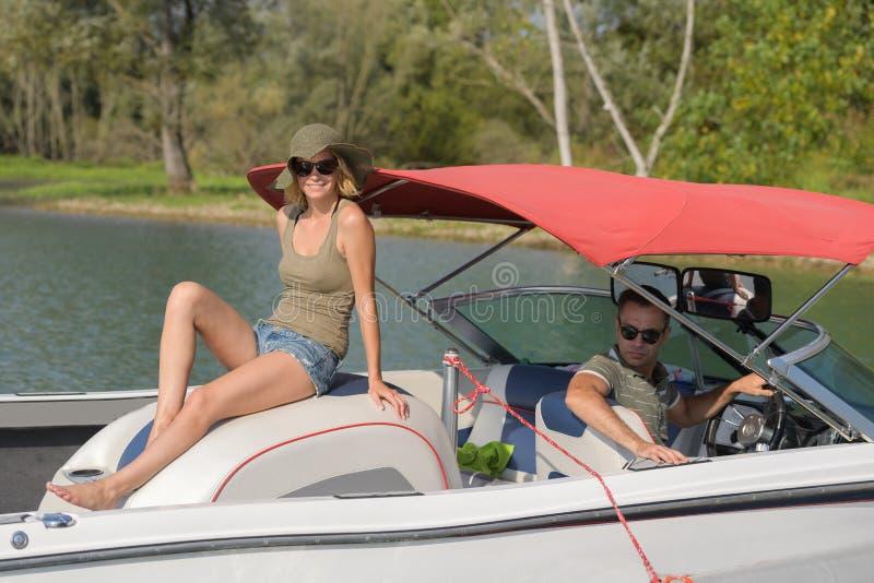 Ευτυχές ζεύγος που έχει τις διακοπές τους στη βάρκα στοκ φωτογραφία με δικαίωμα ελεύθερης χρήσης