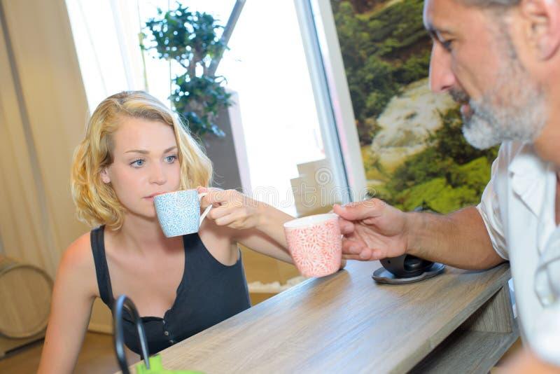 Ευτυχές ζεύγος που έχει το πρόγευμα στον καφέ στοκ εικόνες