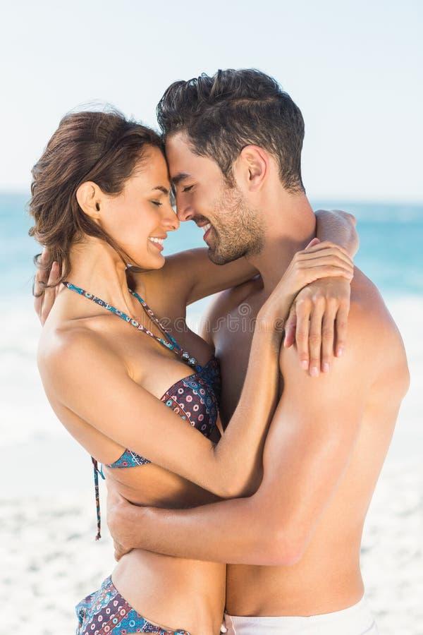 Ευτυχές ζεύγος που αγκαλιάζει στην παραλία στοκ φωτογραφία με δικαίωμα ελεύθερης χρήσης