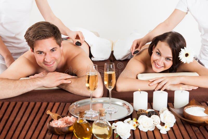 Ευτυχές ζεύγος που λαμβάνει το μασάζ ώμων Beauty Spa στοκ εικόνα με δικαίωμα ελεύθερης χρήσης