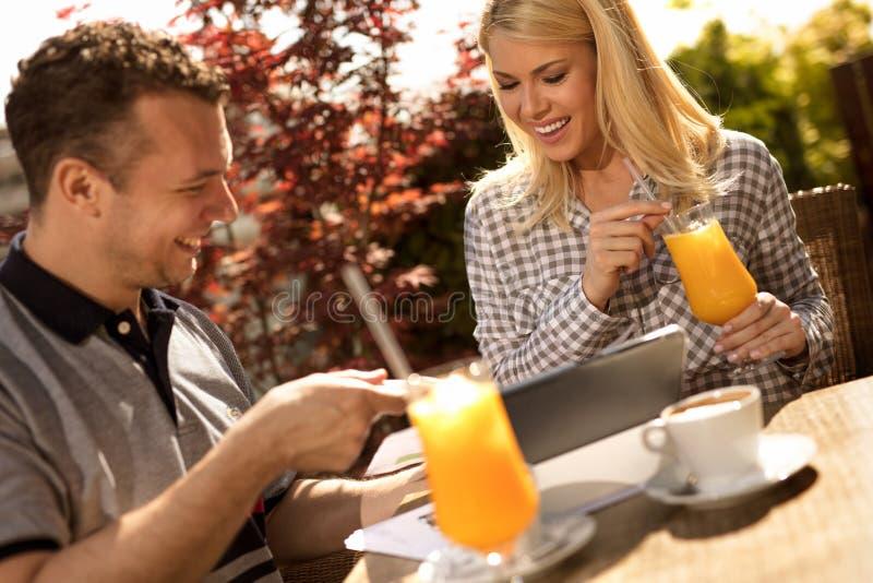 Ευτυχές ζεύγος που απολαμβάνει έναν καφέ στο κατάστημα coffe στοκ φωτογραφίες