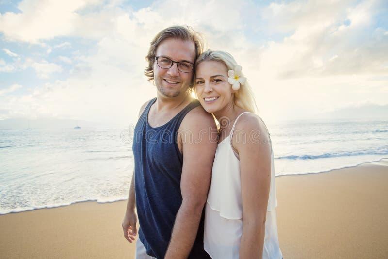Ευτυχές ζεύγος που απολαμβάνει έναν εξωτικό μήνα του μέλιτος νησιών από κοινού στοκ φωτογραφία