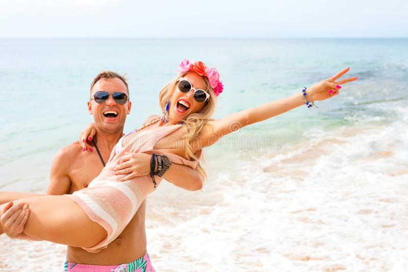 Ευτυχές ζεύγος που γελά στην παραλία στοκ εικόνα