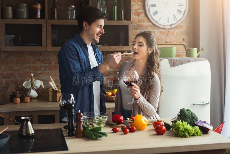 Ευτυχές ζεύγος που μαγειρεύει τα υγιή τρόφιμα από κοινού στοκ φωτογραφία με δικαίωμα ελεύθερης χρήσης