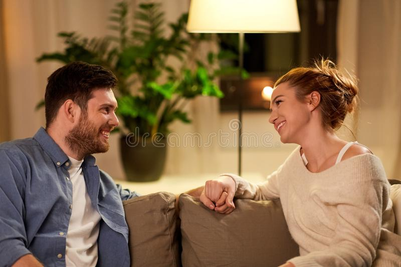 Ευτυχές ζεύγος που μιλά στο σπίτι το βράδυ στοκ φωτογραφία με δικαίωμα ελεύθερης χρήσης
