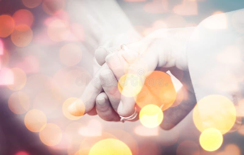 Ευτυχές ζεύγος που παντρεύεται στοκ εικόνα με δικαίωμα ελεύθερης χρήσης