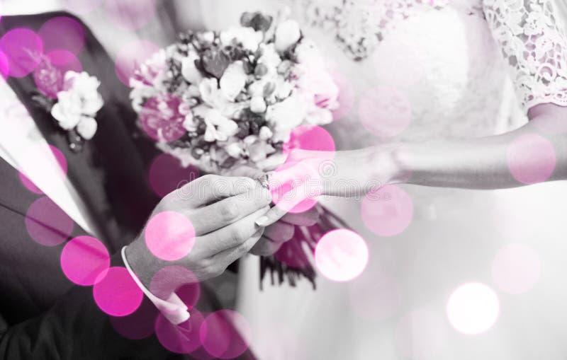 Ευτυχές ζεύγος που παντρεύεται στοκ φωτογραφία με δικαίωμα ελεύθερης χρήσης