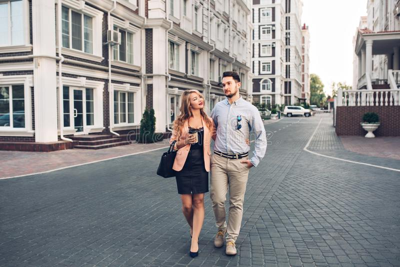 Ευτυχές ζεύγος που περπατά γύρω στο βρετανικό τέταρτο Ο όμορφος γενειοφόρος τύπος αγκαλιάζει το ξανθό κορίτσι στο μαύρο φόρεμα, π στοκ φωτογραφίες με δικαίωμα ελεύθερης χρήσης