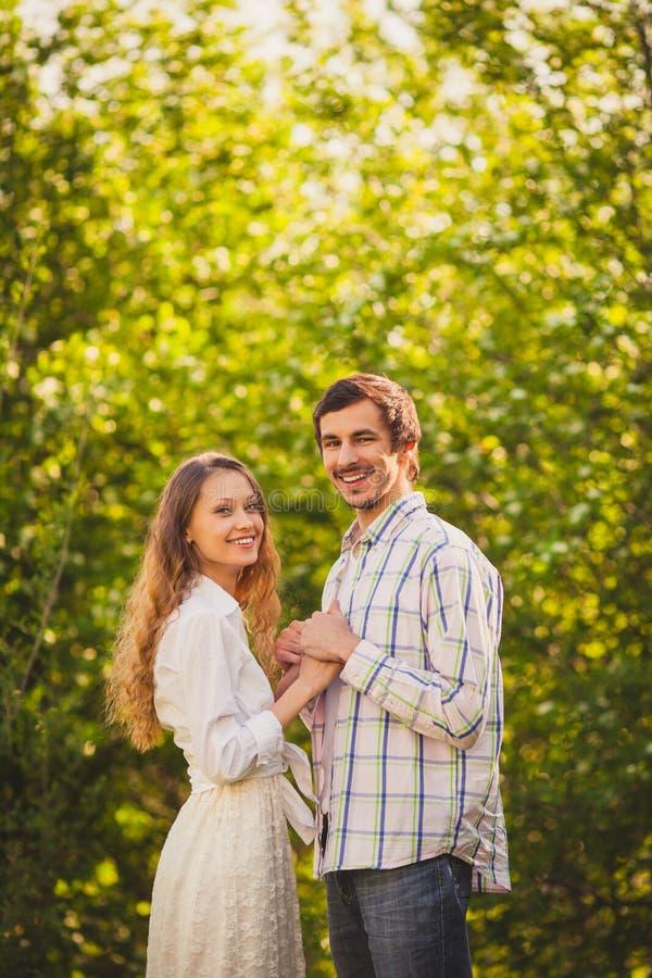 Ευτυχές ζεύγος που περπατά στο πάρκο στοκ εικόνα με δικαίωμα ελεύθερης χρήσης