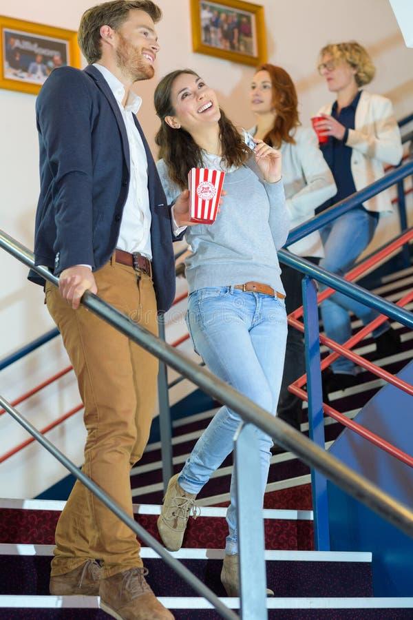 Ευτυχές ζεύγος που πηγαίνει στον κινηματογράφο στοκ φωτογραφία με δικαίωμα ελεύθερης χρήσης