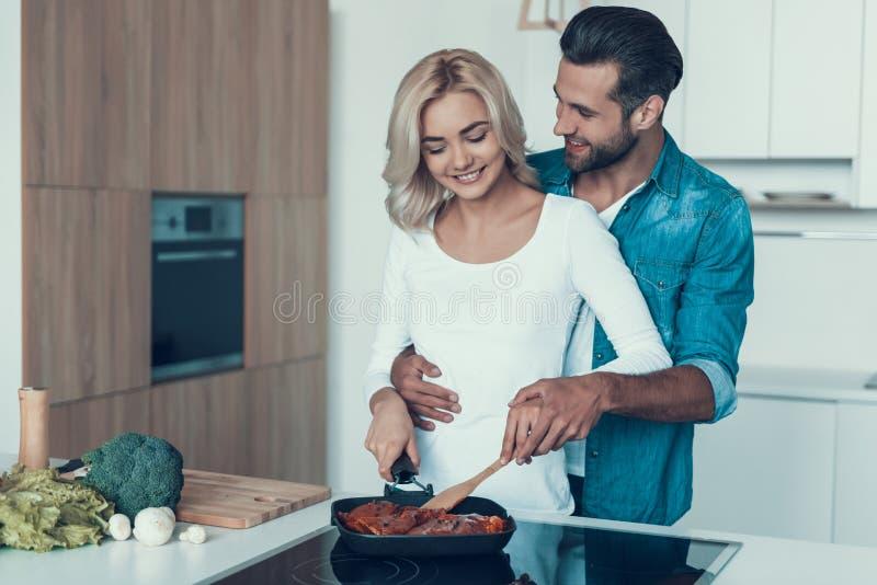 Ευτυχές ζεύγος που προετοιμάζει το πρόγευμα μαζί στην κουζίνα στοκ φωτογραφία με δικαίωμα ελεύθερης χρήσης