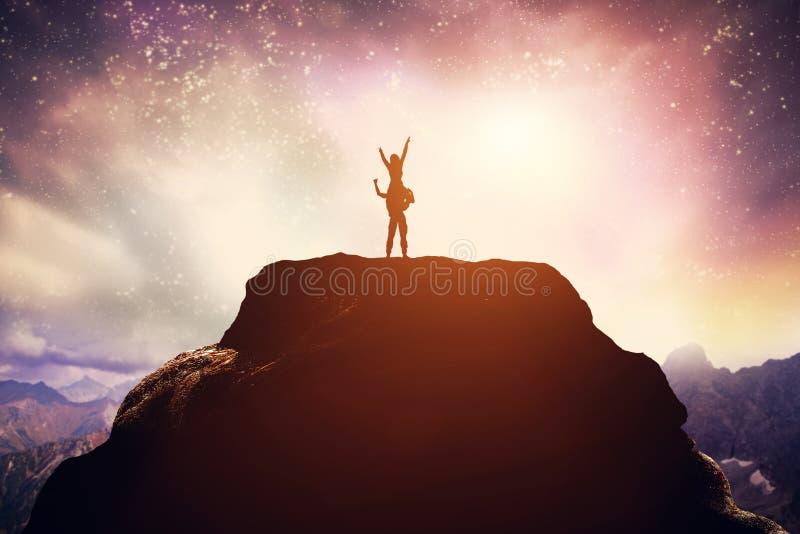 Ευτυχές ζεύγος που στέκεται στην αιχμή ενός βουνού ελεύθερη απεικόνιση δικαιώματος