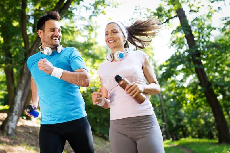 Ευτυχές ζεύγος που τρέχει και που ασκεί μαζί υπαίθριο στοκ φωτογραφία με δικαίωμα ελεύθερης χρήσης