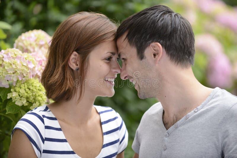 Ευτυχές ζεύγος που φλερτάρει υπαίθρια στοκ φωτογραφία