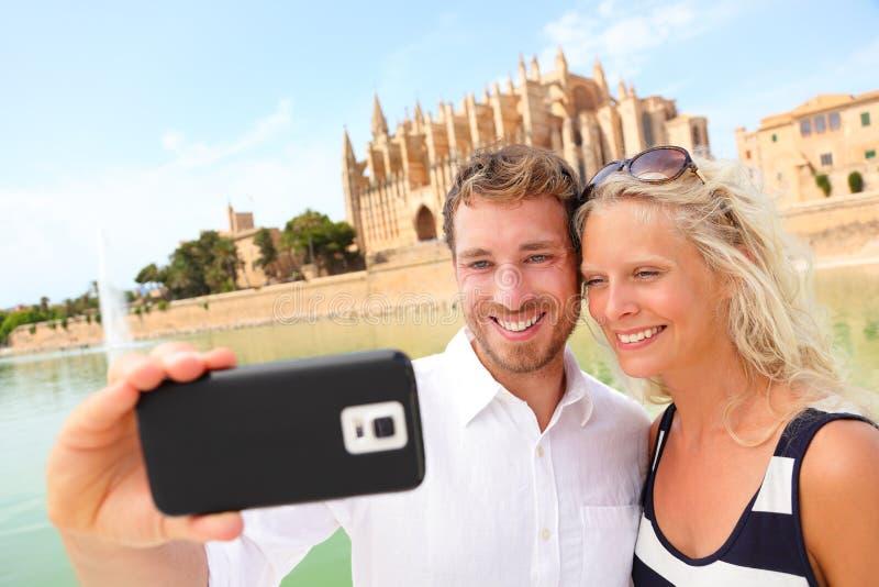 Ευτυχές ζεύγος που χρονολογεί παίρνοντας selfie τη φωτογραφία, Μαγιόρκα στοκ φωτογραφία με δικαίωμα ελεύθερης χρήσης