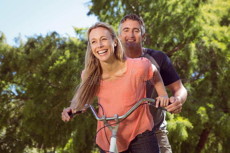 Ευτυχές ζεύγος σε έναν γύρο ποδηλάτων στοκ εικόνες