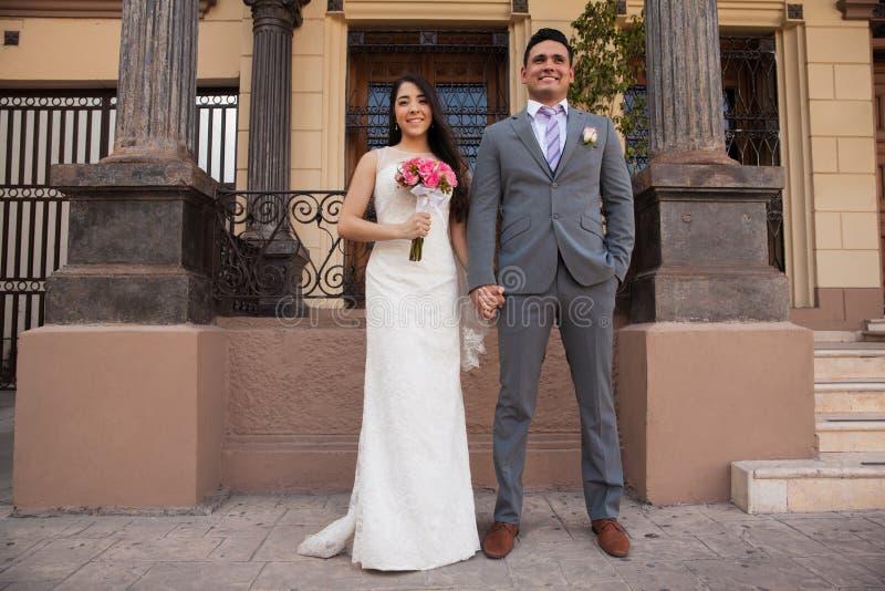 Ευτυχές ζεύγος σε ένα δικαστήριο στοκ φωτογραφίες με δικαίωμα ελεύθερης χρήσης