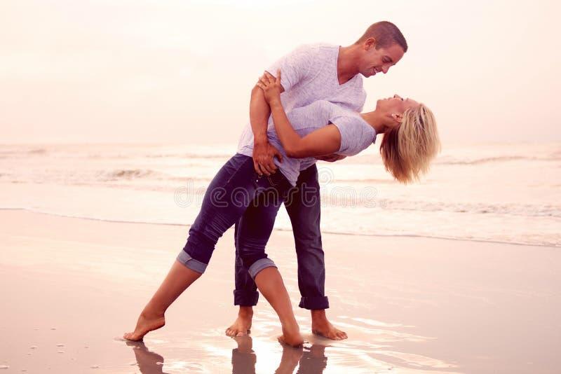 Ευτυχές ζεύγος σε μια παραλία στοκ εικόνες με δικαίωμα ελεύθερης χρήσης