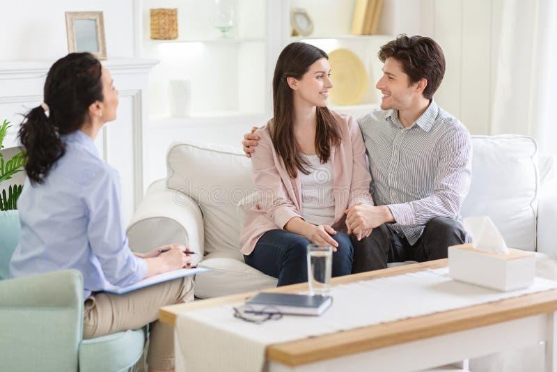Ευτυχές ζεύγος στην επιτυχή σύνοδο θεραπείας με τον οικογενειακό ψυχο στοκ φωτογραφία με δικαίωμα ελεύθερης χρήσης