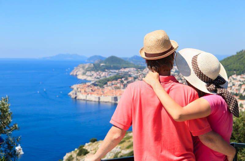 Ευτυχές ζεύγος στις θερινές διακοπές σε Dubrovnik, Κροατία στοκ εικόνες
