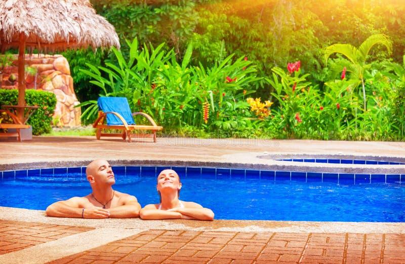 Ευτυχές ζεύγος στις διακοπές στοκ εικόνες