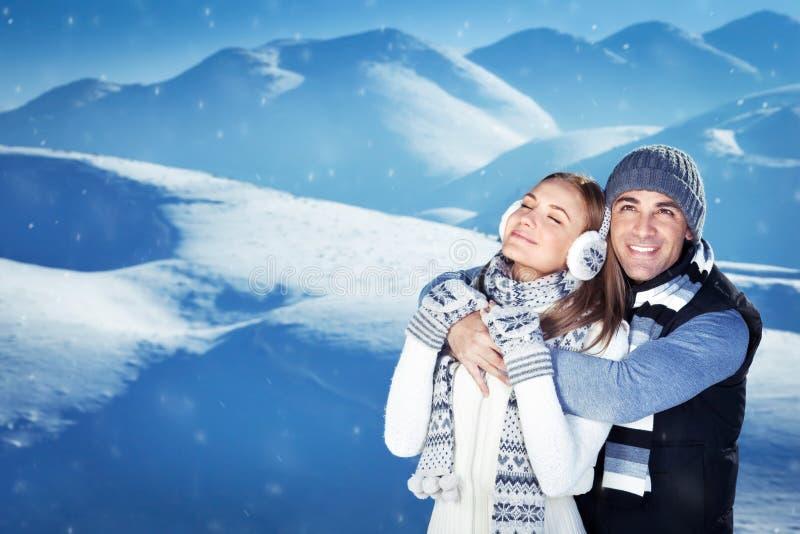 Ευτυχές ζεύγος στις χειμερινές διακοπές στοκ φωτογραφία με δικαίωμα ελεύθερης χρήσης