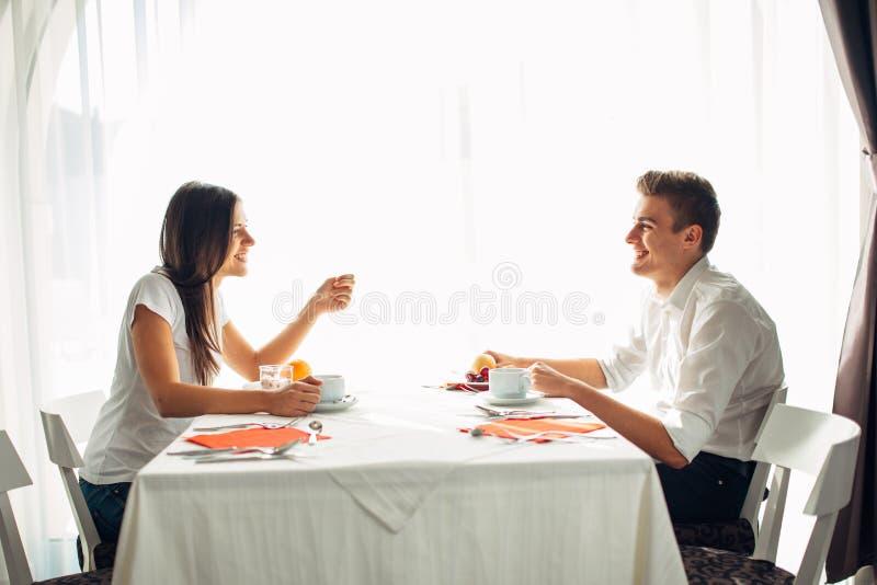 Ευτυχές ζεύγος στο εστιατόριο που τρώει το μεσημεριανό γεύμα Ομιλία πέρα από το γεύμα Πλήρης πίνακας ξενοδοχείων, όλη η συμπεριλα στοκ εικόνα