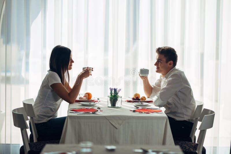 Ευτυχές ζεύγος στο εστιατόριο που τρώει το μεσημεριανό γεύμα Ομιλία πέρα από το γεύμα Πλήρης πίνακας ξενοδοχείων, όλη η συμπεριλα στοκ εικόνα με δικαίωμα ελεύθερης χρήσης