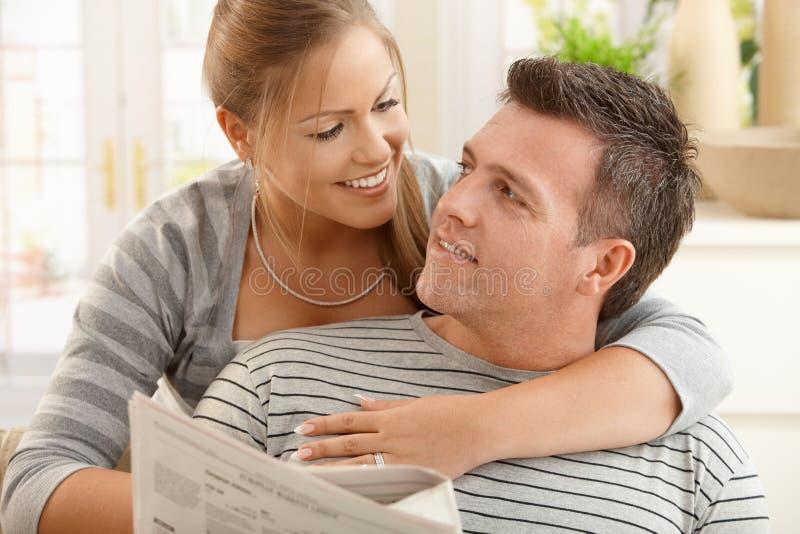 Ευτυχές ζεύγος στο σπίτι στοκ εικόνα με δικαίωμα ελεύθερης χρήσης