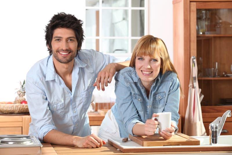 Ευτυχές ζεύγος στο σπίτι στοκ εικόνες